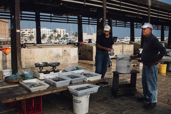 Pescatori che vendono il pesce appena pescato, n'dèrr a la lanze a Bari
