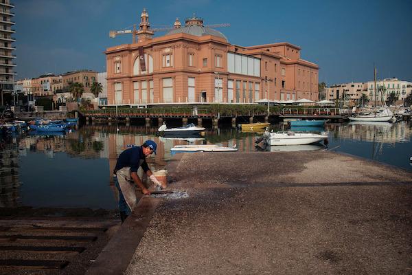 Un pescatore che arriccia il polpo, n'dèrr a la lanze a Bari
