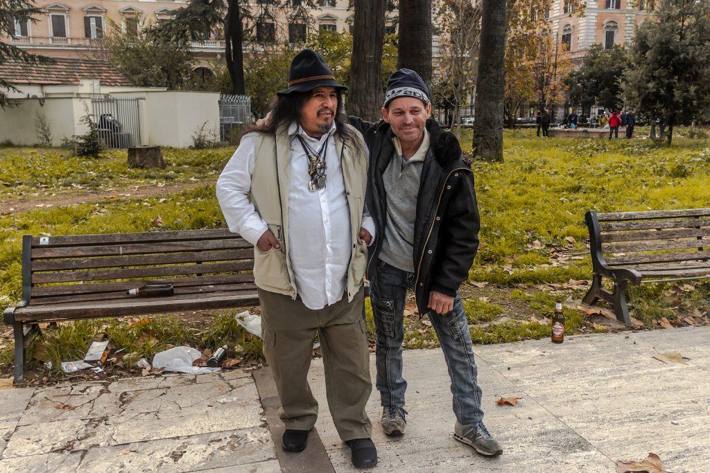 Angelo e Giovanni, peruviano e cubano, si incontrano a piazza Vittorio dopo il lavoto per bere una birra