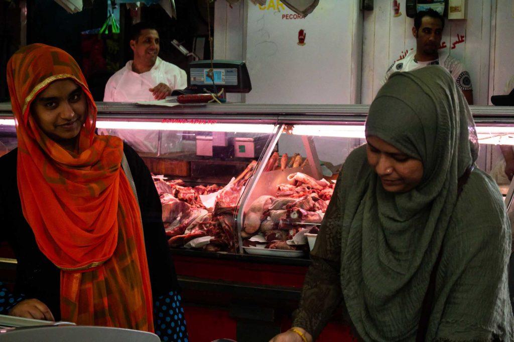 donne musulmane fanno la spesa al mercato esquilino