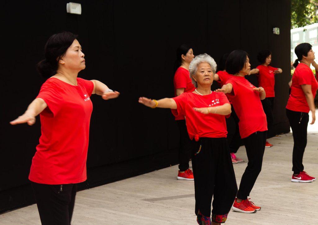 signore cinesi che fanno ginnastica mattutina a piazza Vittorio nel quartiere Esquilino