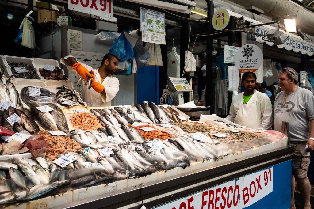 bancone del pesce al mercato esquilino nell'ex caserma Guglielmo Pepe