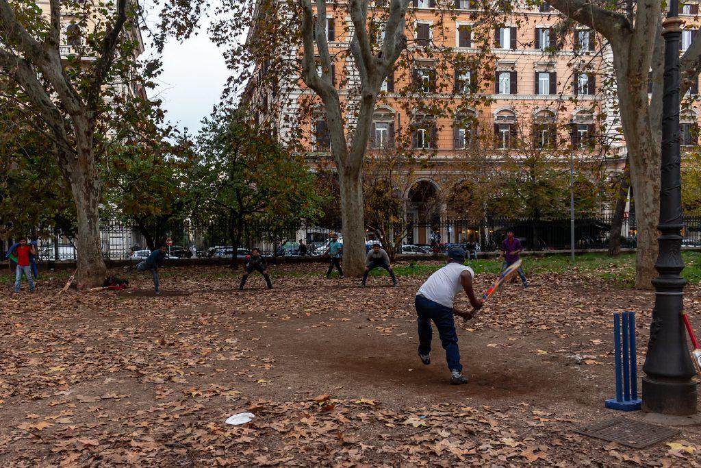 ragazzi indiani giocano a cricket nei giardini di piazza Vittorio nel quartiere Esquilino